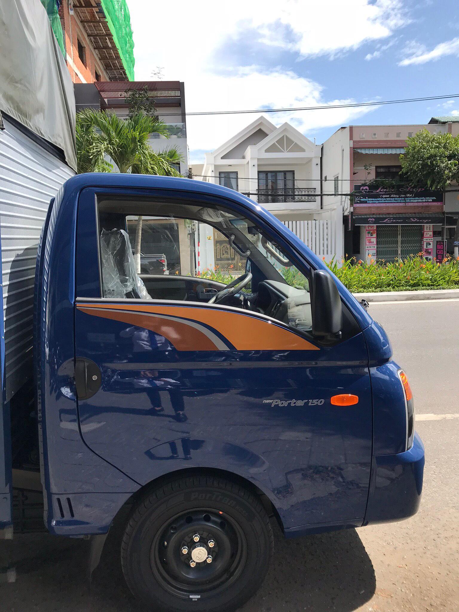 Bán xe Hyundai thùng inox đời 2019, màu xanh lam